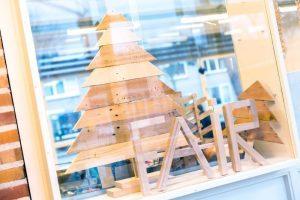 Vitrine met houten werkstukken